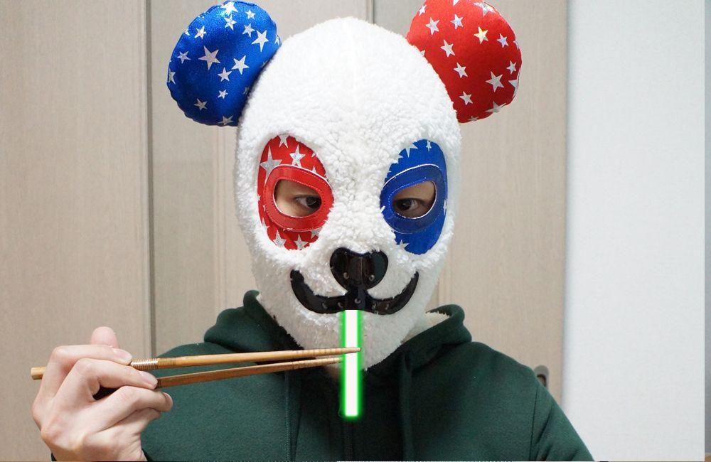 ライトセーバーにぱくつく覆面パンダ